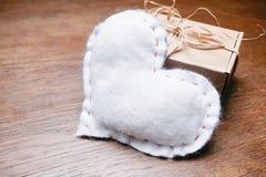 Настоящий момент коробки сердца винтажной темной деревянной предпосылки белый Стоковые Фото