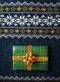 Настоящий момент обернутый зеленым цветом на свитере рождества Стоковая Фотография
