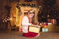 настоящий момент отверстия девушки рождества Стоковые Изображения RF