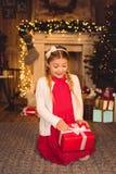 настоящий момент отверстия девушки рождества Стоковая Фотография