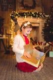 настоящий момент отверстия девушки рождества Стоковое фото RF