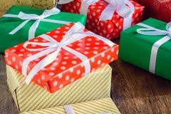Настоящий момент подарочной коробки и украшает на деревянном столе Стоковые Изображения RF