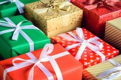 Настоящий момент подарочной коробки и украшает на деревянном столе Стоковое Изображение
