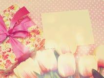 Настоящий момент подарочной коробки и предпосылка украшения цветков с винтажным цветом фильтра Стоковая Фотография RF
