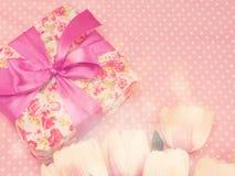 Настоящий момент подарочной коробки и предпосылка украшения цветков с винтажным цветом фильтра Стоковое Изображение RF