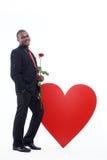 Настоящий момент розы удерживания человека романтичный на день валентинки Стоковая Фотография RF