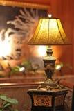 Настольная лампа стоит на блесках желтого света постамента Стоковое фото RF