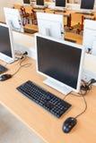 Настольный компьютер в классе компьютера на школе Стоковое Изображение RF