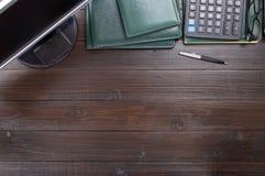 Настольный компьютер офиса коричневый деревянный с космосом экземпляра Стоковая Фотография