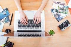 Настольный компьютер фотографа молодой женщины работая с компьтер-книжкой Стоковое фото RF