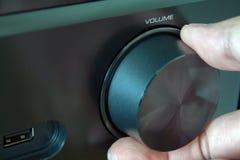 настраивать близкого радио ручки перстов серебряный вверх Черный конец-вверх AV-приемника стоковые фото
