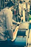 Настраивать и reapairs лыжи Работник магазина зимы делая низкопробный ремонт стоковая фотография rf
