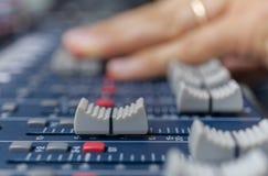Настраивать пальца селективного фокуса конца ядрового смесителя вверх по студии музыки стоковые изображения rf