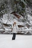 Настроение зимы веселое, девушки с чудесными голубыми глазами стоковое изображение