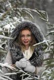 Настроение зимы веселое, девушки с чудесными голубыми глазами стоковые фото