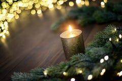 Настроение рождества со свечой и светами стоковые изображения rf