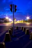 Наступление ночи светофора в пустой улице стоковые фото