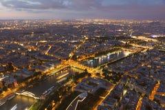 Наступление ночи в Париже стоковая фотография