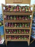 Насыпи красных и зеленых манго Стоковое Фото
