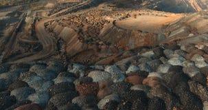 Насыпи полезных минералов Неимоверный взгляд сверху красоты на работая карьере Дорога на Марсе акции видеоматериалы