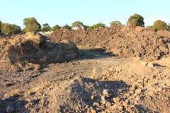 Насыпь грязи на строительной площадке стоковые изображения rf