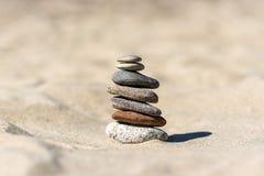 Насыпь камней на пляже на солнечный день в лете Стоковые Изображения