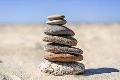 Насыпь камней на пляже на солнечный день в лете Стоковое Фото