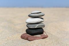 Насыпь камней на пляже на солнечный день в лете Стоковая Фотография