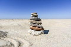 Насыпь камней на пляже на солнечный день в лете Стоковое фото RF