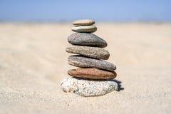 Насыпь камней на пляже на солнечный день в лете Стоковая Фотография RF