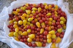 Насыпь томатов вишни на счетчике кухни Стоковые Фотографии RF