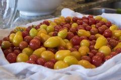 Насыпь томатов вишни на счетчике кухни Стоковое Изображение RF