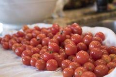 Насыпь томатов вишни на счетчике кухни Стоковые Изображения RF