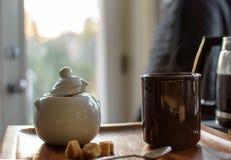 Насыщенная парами чашка кофе с кубами сахара и баком кофе в кухне с солнечностью утра стоковая фотография rf