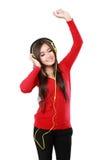 наслаждает детенышами нот девушки слушая довольно Стоковая Фотография RF