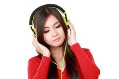 наслаждает детенышами нот девушки слушая довольно стоковое фото rf