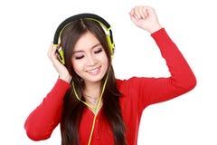 наслаждает детенышами нот девушки слушая довольно стоковые изображения