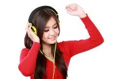 наслаждает детенышами нот девушки слушая довольно Стоковые Фотографии RF