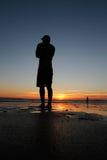 Наслаждаться заходом солнца на пляже Стоковое фото RF
