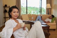 Наслаждаться кофейной чашкой Стоковое Изображение RF