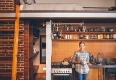 Наслаждаться кофе в кухне Стоковая Фотография RF