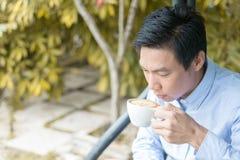 Наслаждаться кофе в саде Стоковое Фото