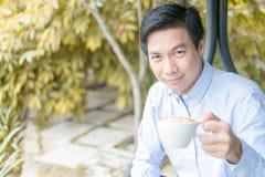Наслаждаться кофе в саде Стоковое фото RF