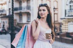 Наслаждаться кофе после покупок дня Стоковое Изображение