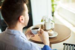Наслаждаться кофе собой Стоковые Фотографии RF