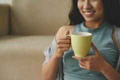 Наслаждаться кофе Стоковые Фото