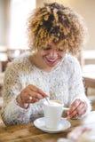 наслаждаться кофе Стоковые Изображения RF