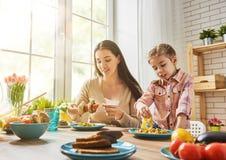 Наслаждаться обедающим семьи стоковое фото rf