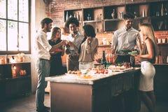 Наслаждаться партией с близко друзьями Стоковая Фотография RF