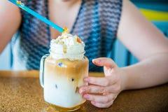 Наслаждаться холодным кофе стоковая фотография